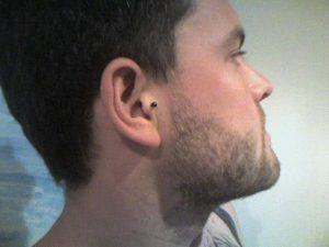 piercing hombre tragus 2 300x225