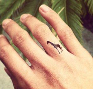 tatuajes de animales en los dedos 6 300x288