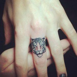 tatuajes de animales en los dedos 8 300x300