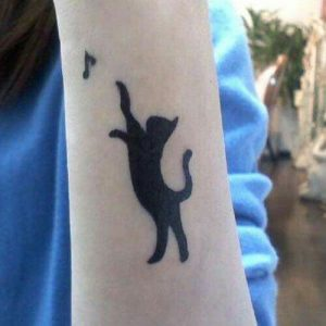 tatuajes de gatos en la muñeca gatitos 2 300x300
