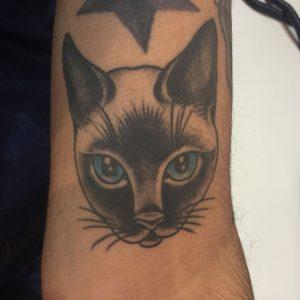 tatuajes de gatos para hombres felinos 15 300x300