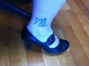 tatuajes de gatos para mujeres mascotas pie 2 300x224