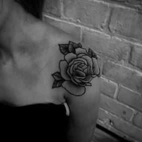 tatuajes-de-rosas-en-el-hombro-4