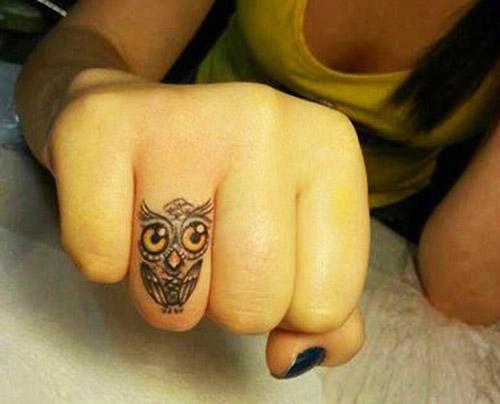 tatuaje de buho en el dedo