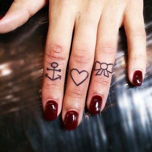 tatuajes corazones dedos manos 1 - tatuajes de corazones