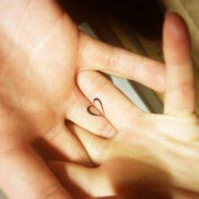 tatuajes-corazones-dedos-manos (2)
