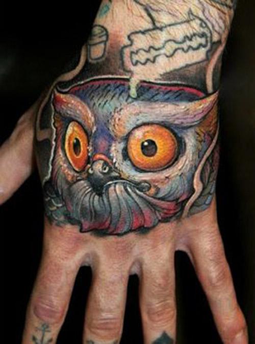 tatuajes de buho en la mano