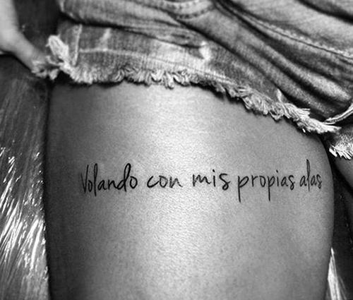 frases tatuajes mujeres brazos pie significado castellano 3