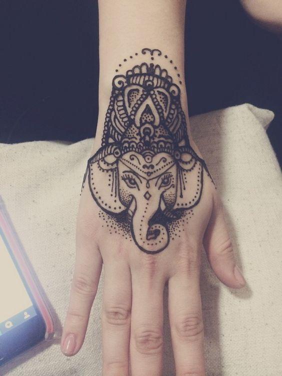 de elefantes en la mano 5 - tatuajes de elefantes