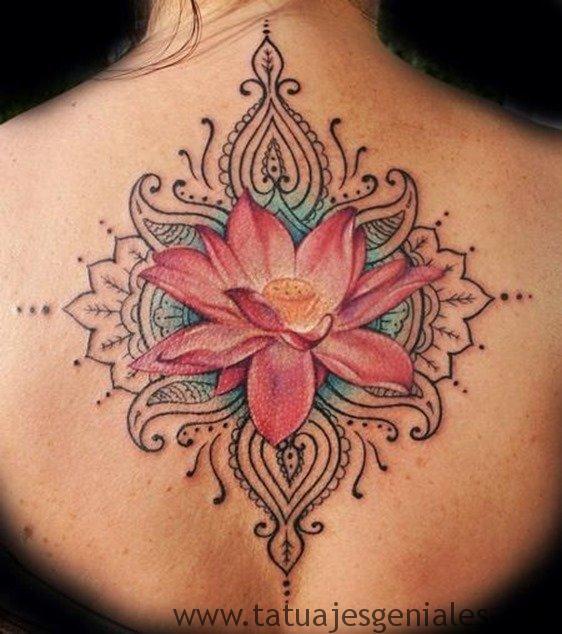 Tatuajes con flor de loto en la espalda para mujeres