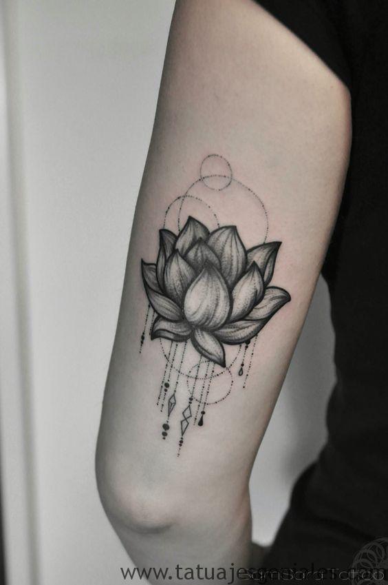 tatuajes flor loto hombres 2