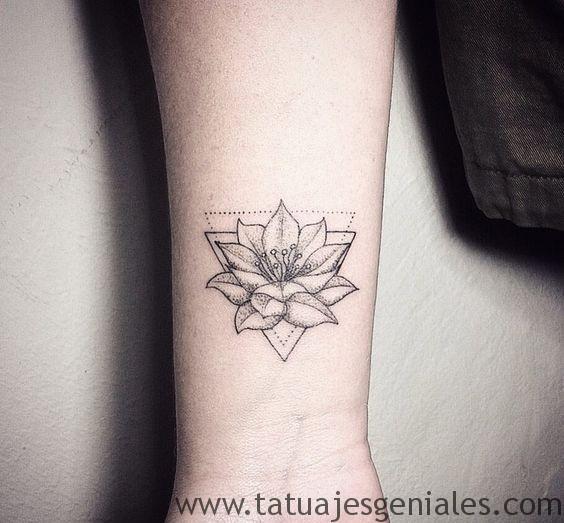 tatuajes flor loto muñeca 1