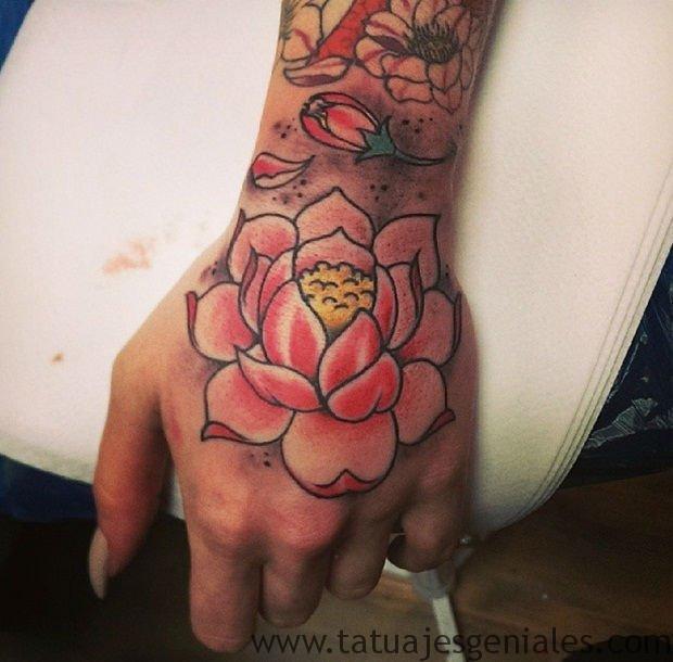 tatuajes flor loto muñeca 5