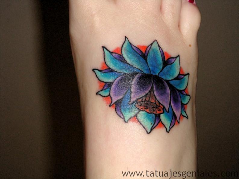 tatuajes flor loto mujeres 12