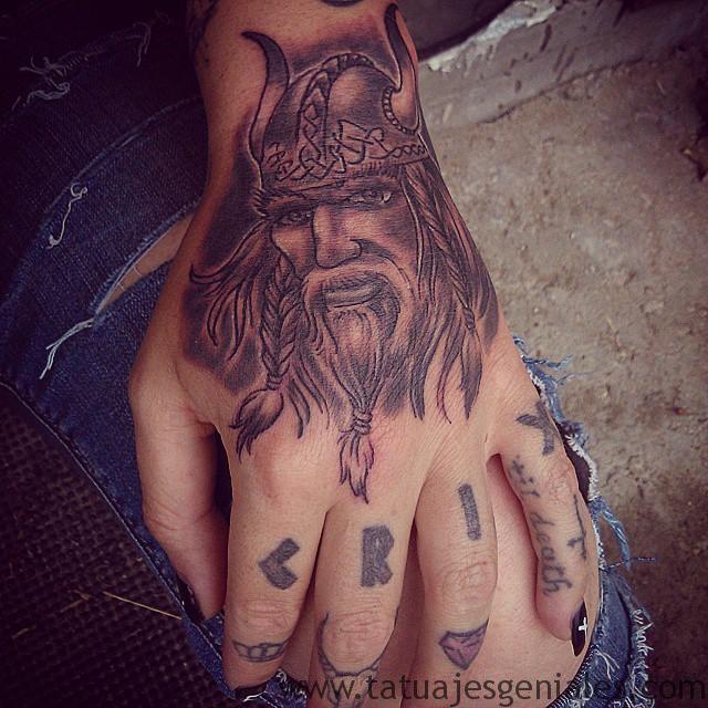 tatuajes vikingos mujeres 5