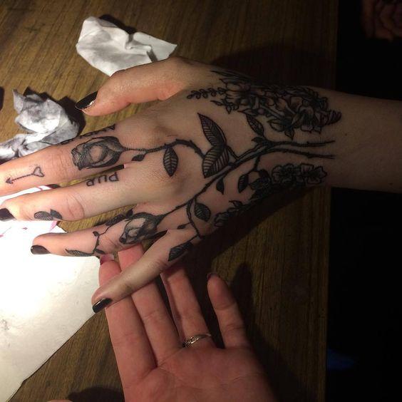 en la mano de mujer 5