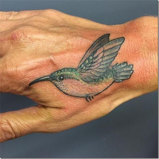 colibri en la mano 4 - tatuajes de colibrí