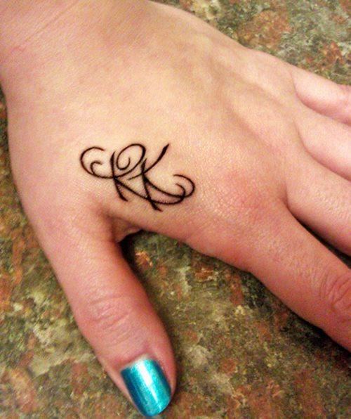 iniciales en la mano 4